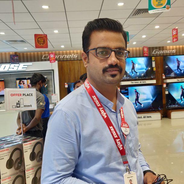 Mr.-Nilesh-More-at-Vijay-Sales-Baner